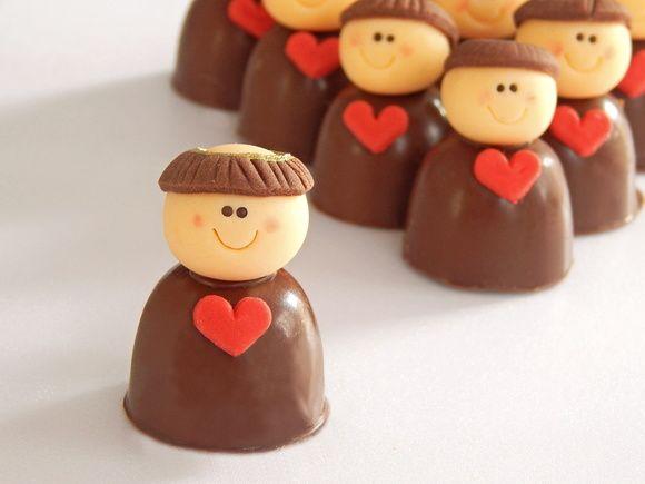 Bombons de Chocolate recheados com Chocolate ao Leite, Brigadeiro, Brigadeiro Branco ou Bicho de Pé.  Decorados de acordo com o tema da festa.