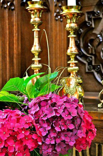Bloemen op altaar Sint Petrus Kerk