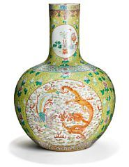 857/235 - Large Chinese medaillon bottle vase, decorated in colours with dragons and Phoenix and percious things in medaillons. Presumably Guangxu, 1874-1908. H. 55 cm.