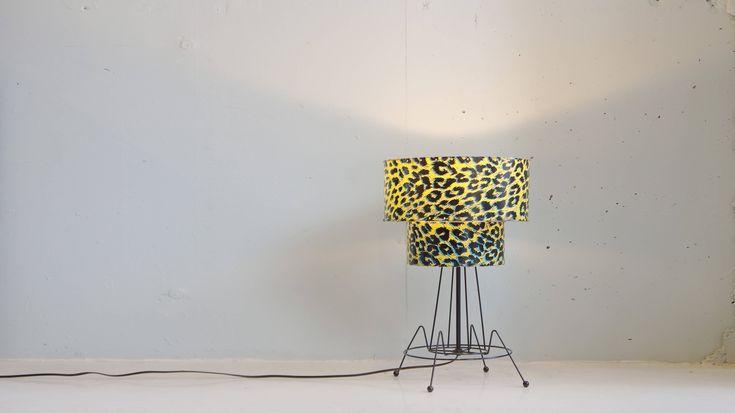 黄と青と黒を基調としたビビットカラーのヒョウ柄が目を引く、50年代アメリカのテーブルランプ。シェードは、トップの直径が大きい2段シェードタイプ。サイドテーブルとの組み合わせで、ソファの横に設置したり、サイドボードにさりげなく置いても十分な存在感を出してくれます。50`sのヴィンテージ物ですが、目だった傷や汚れもなく状態は大変綺麗になります。変わった照明をお探しの方や、ミッドセンチュリーなお部屋作りをしている方は是非♪~【東京都杉並区阿佐ヶ谷北アンティークショップ 古一/ZACK高円寺店】 古一では出張無料買取も行っております。杉並区周辺はもちろん、世田谷区・目黒区・武蔵野市・新宿区等の東京近郊のお見積もりも!ビンテージ家具・インテリア雑貨・ランプ・USED品・ リサイクルなら古一へ~,ユーズド, リサイクル,ふるいち,古市,フルイチ,used,furuichi