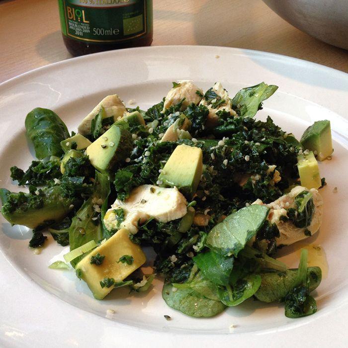 salade met boerenkool, avocado en gepocheerde kip - #salad #kale #massagedkale #naareigensmaak