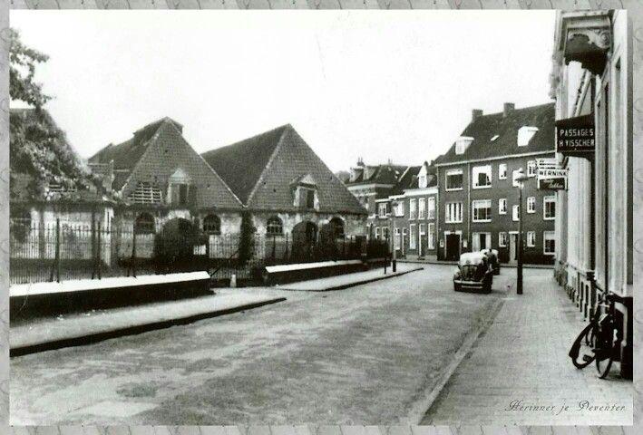 Pikeursbaan met de stallen van de Huzaren.  (ergens 1960 - 1962)