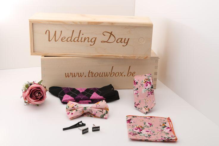In deze wedding day box zit alles wat je nodig hebt van accessoires voor uw trouw,  geen stress en drukte om uw accessoires te zoeken in de winkels. Trouwbox http://justmerried.luondo.nl/12137010/roze-gebloemde-das-strik-pochet-sokken-corsage--zwarte-manchetknopen-en-dasspeld
