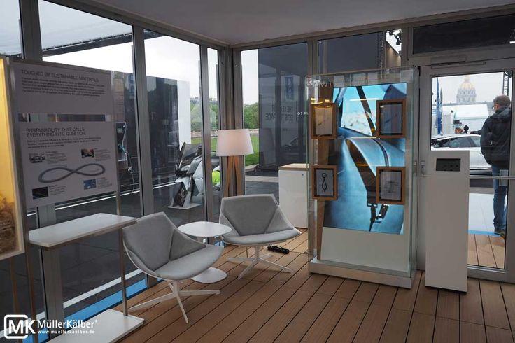 Große Ausstellungsvitrine mit TV und Tablets, auch als Museumsvitrine geeignet