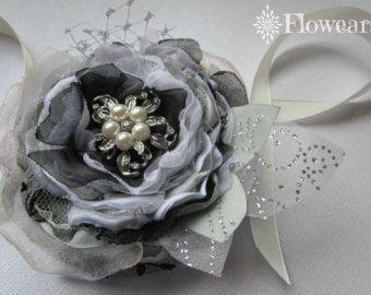 Ramillete de flores en blanco y negro plata, ramillete de la muñeca, ramillete de la novia, ramillete de damas de honor, accesorio de la boda de la boda, ramillete de la flor de tela