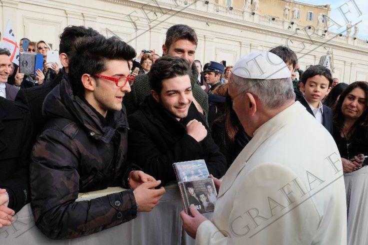 el Papa Recibe los Regalos con Gran Cariño