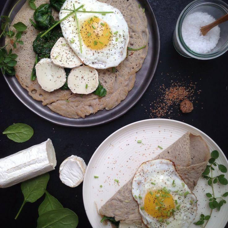 Boghvedepandekager med spinat, gedeost og speglæg
