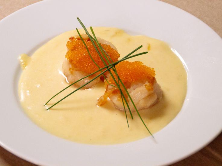Halstrade pilgrimsmusslor med champagneskum och löjrom | Recept från Köket.se