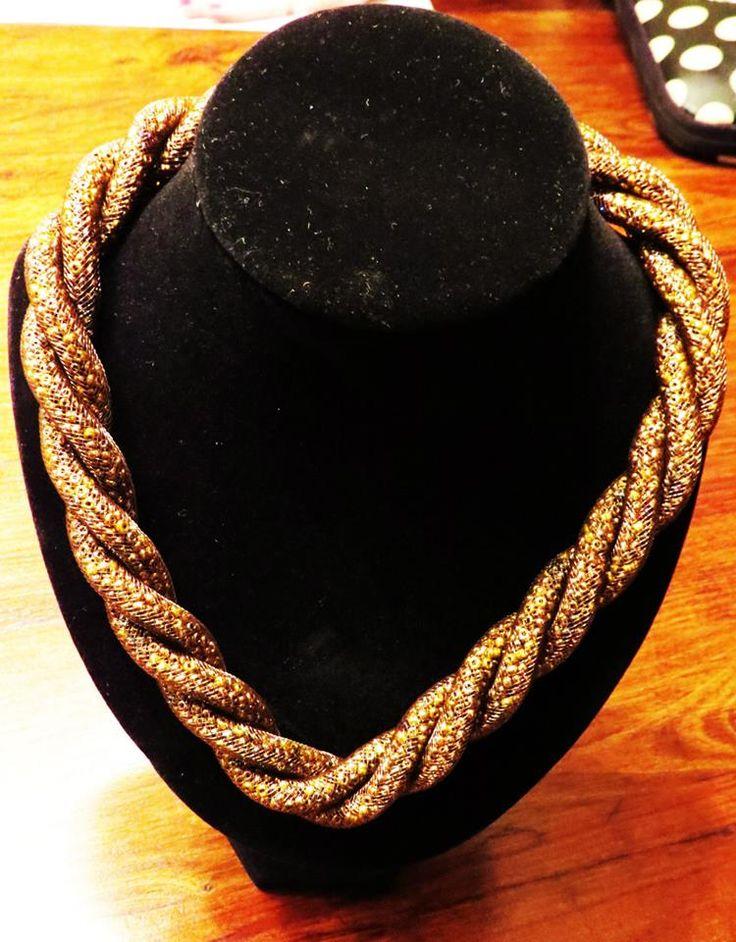 Collar Tipo Soga relleno de Mostacilla, Dorado Valor $6.000