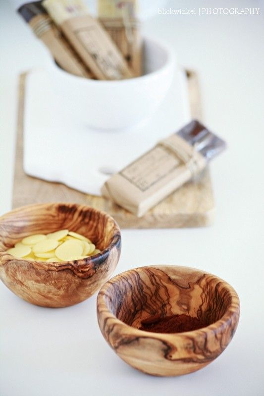 Selbstgemachte Schokolade 90 g. Kakaobutter 95 g. weißes Mandelmus 30 g. Bio Kakao 40 g. Agavendicksaft 1 Messerspitze gem. Vanille 1 Prise jodiertes Meersalz 50 g. Goji Beeren Kakaobutter langsam über einem Wasserbad schmelzen. Die anderen Zutaten zusammen in eine Schüssel geben und  mit der geschmolzenen Kakaobutter verrühren.
