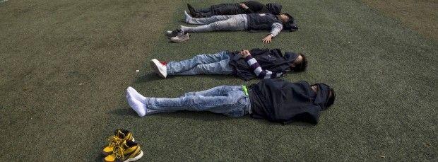 In einer Foxconn-Fabrik in Shenzen: Die Arbeiter schlafen in ihrer Mittagspause.