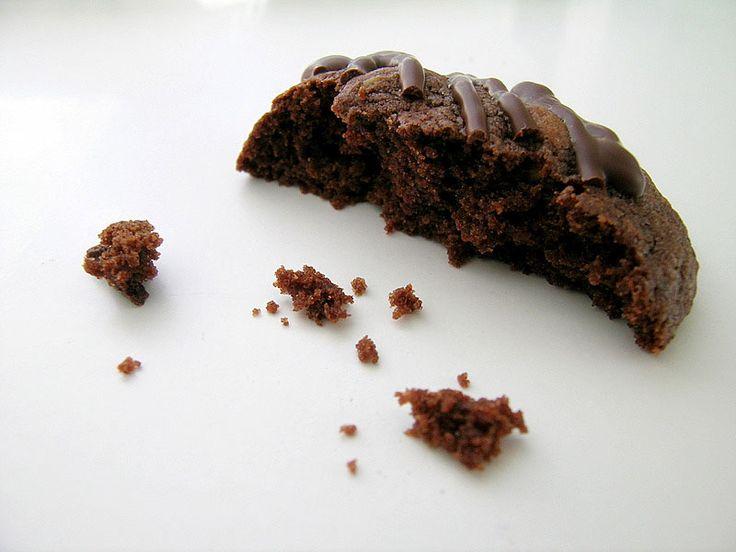Ciasteczka biszkoptowe z czekoladą i pistacjami. Przepis na:  http://kawa.pl/przepisy/przepis/ciasteczka-biszkoptowe-z-czekolada-i-pistacjami