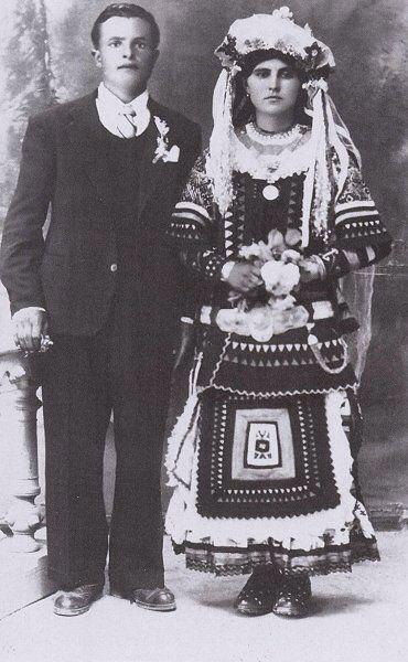 Φωτογραφία νυφικού ζευγαριού του τέλους της δεκαετίας του '40. Η νύφη διατηρεί την παραδοσιακή φορεσιά ενώ ο άνδρας έχει φορέσει την ευρωπαϊκή.