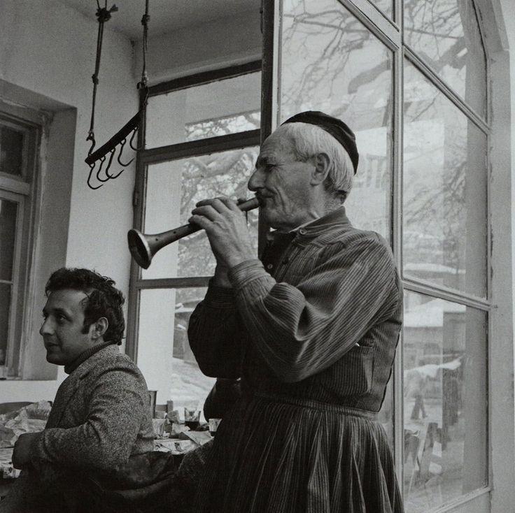 Μουσικός σε ταβέρνα στην Αγόριανη, 1975. Φώτο Φώτης Καζάζης
