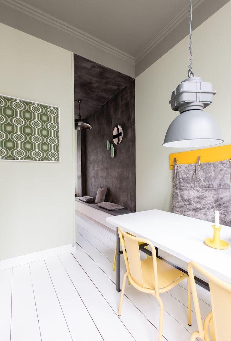 Zorgvuldig op de wand en Parallel op het plafond, deze mooie vergrijsde groenen worden gecompleteerd door het pittige gele accent en de bijzondere verf van de keuken.