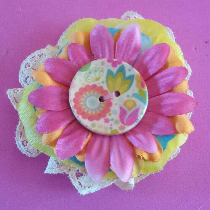 Fermaglio per capelli e spilla #handmade #flower #fiore #summer #estate #pinup #rockabilly #FridaKahlo #color #brooch #hair #camelia #capelli #lace #bow #button #hairclip #goth #color #spilla #kawaii #japan #rose #pink #yellow
