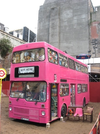 a two deck pink londoner bus founded at #edinburgfestival #scotland / el clásico bus londinense muy  pink muy #festivaledinburgo #escocia