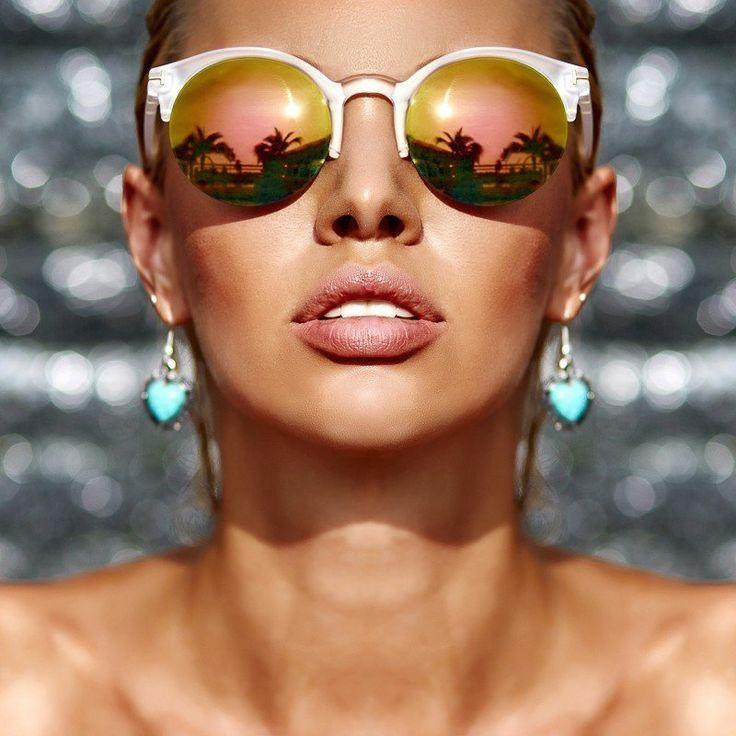 Сегодня в рубрике #ПолезныеСоветы_Lazurine мы расскажем как подобрать очки для треугольного типа лица (высокий лоб, заостренный подбородок)☀️ Необходимо зрительно уменьшить верхнюю и среднюю части лица, а также сгладить «острый» подбородок. ☝Подходят: — Закругленные оправы, круглые очки; — Маленькие оправы; — Узкая перемычка; — Низко посаженные дужки; — Акцент на нижней линии очков; — Очки без оправы; — «Авиаторы»; — Очки светлых нейтральных тонов. ⛔Не подходят: — Тяжелые, большие оправы; —…