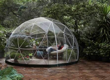 Abri de jardin composé d'une structure blanche en PVC et couverture transparente qui permet de profiter du Garden Igloo même en hiver! Superficie : 10 m². Avec options!