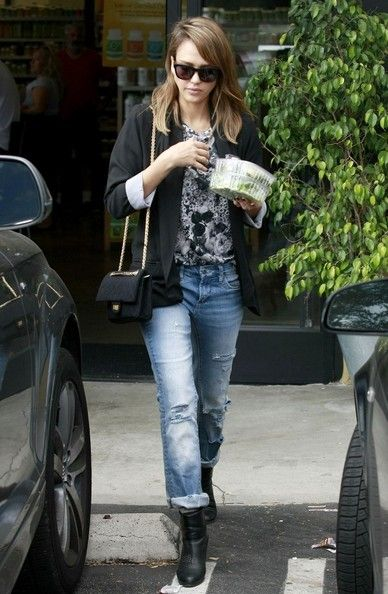 Jessica Alba grabs lunch at a health food store in West Hollywood.