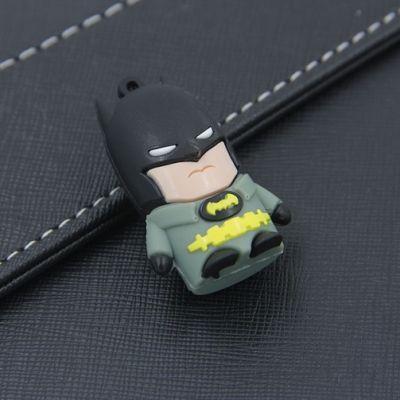 Pendrive - Batman, to gadżet dla każdego prawdziwego superbohatera! Nasz pendrive dzięki ogromnej pojemności 8 GB doda bezpieczeństwa psychicznego. Nie będziesz się bowiem musiał martwić, że nie pomieści wszystkich dokumentów, najlepszych zdjęć czy ulubionej muzyki.
