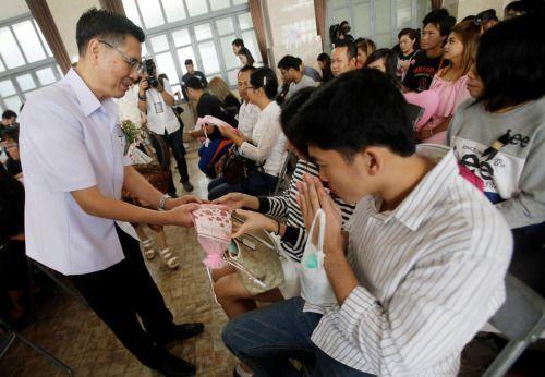 En Tailandia reparten vitaminas prenatales por el día de San...