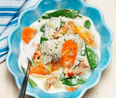 Här är en smakrik och krämig fiskgryta med sockerärtor och kräftor som bland annat innehåller torsk, kräftstjärtar, purjolök och morötter. Fiskgrytan passar till både vardag och fest och även barn brukar gilla den här rätten.