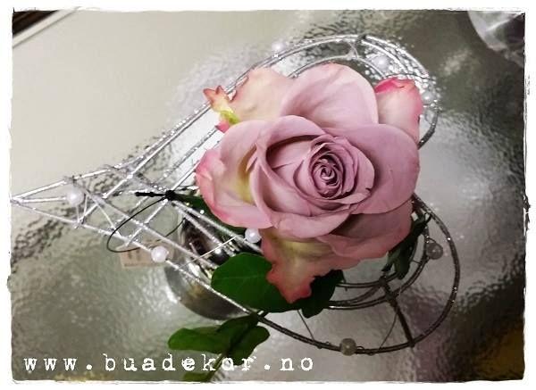 Giftetanker? Enkel liten bordpynt eller som brudepikebukett? En rose i et sølvhjerte! Vakkert! Vi har den i nettbutikken! www.buadekor.no