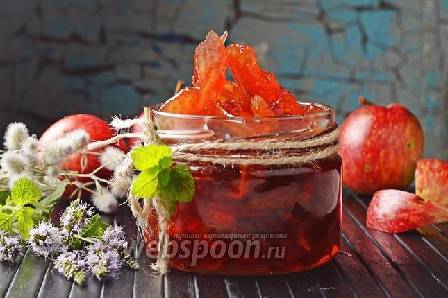 Как приготовить янтарное варенье из яблок   Яблоки – самый популярный фрукт в нашей стране, они вкусные и доступные каждому. И именно поэтому появилось столько рецептов с ними. Как варить яблочное варенье, знает каждая хозяйка, а рецептом прозрачного варенья из яблок кусочками владеют не все. Казалось бы, это целое искусство – приготовить прозрачное варенье из яблок дольками, за что его еще, кстати, называют янтарным. Если есть кислые яблоки, в меру спелые, да еще и разных сортов, то можно…
