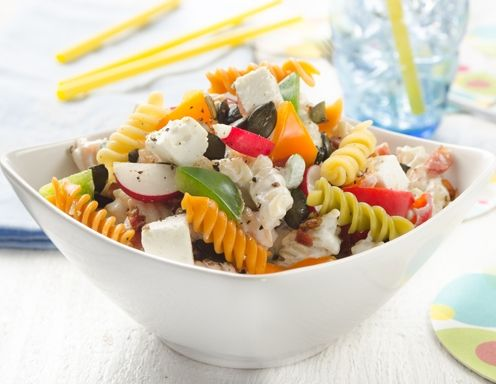 Dralli-Salat mit Speck, Schafkäse, Radieschen und Paprika