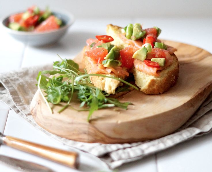 Recept: zalm crostini met avocado en grapefruit