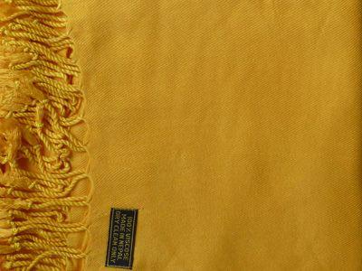 Omslagdoek 100% viscose, geel. Omdat alle sjaals gemaakt worden van handgeweven en geverfde zijde kan de kleur iets afwijken van de afbeelding.