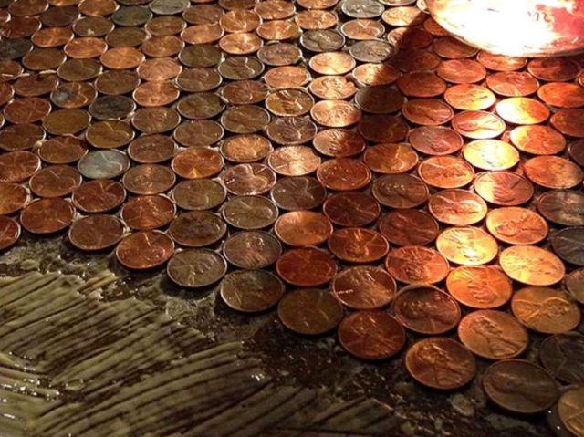 Un couple californien a choisi de se fabriquer un revêtement de sol unique en son genre : les 21 m2 de leur chambre sont recouverts de près de 60.000 pennies, ces petites pièces de monnaie en ... #maisonAPart