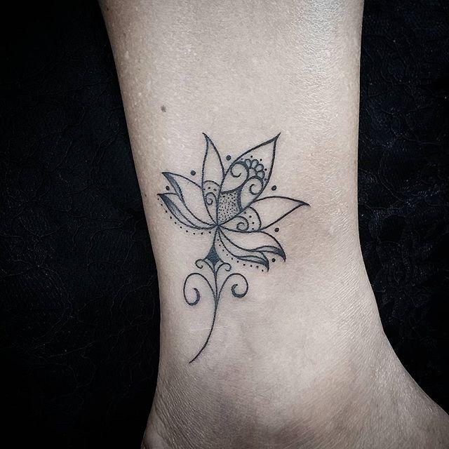 Leve... Em @studiocavernadodragao  #linhas#lotus#lotustattoo#tatuagem#tatuajes#tattooart#tattooink#inked#ink#tattooartists