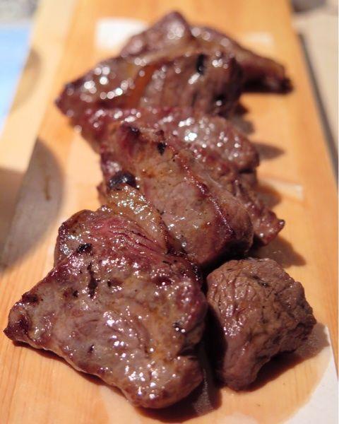 投稿:「鹿もも 炙り」同行者は癖の無さに驚き、私はジューシーで有りながら、しっかりとした肉感と旨みの強さに驚いた♪焼ジビエ罠 炭打 新橋店 / No.427703