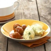 Schil de aardappelen en gaar ze 10 minuten in een bodempje water in de microgolfoven op 750 watt. Verhit de helft van de boter in de wok en fruit de …