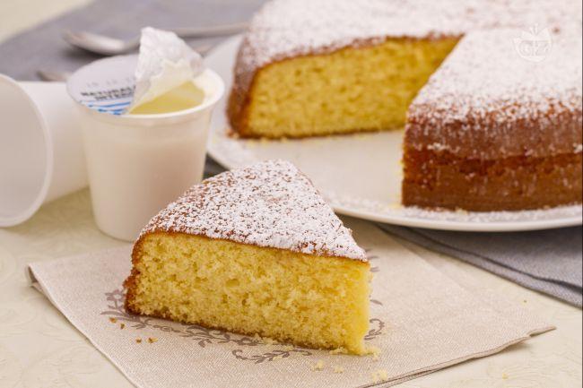 La torta 7 vasetti è un dolce morbido che prende il nome dal vasetto di yogurt che viene utilizzato come unità di misura per gli altri ingredienti.