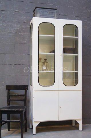 Apothekerskast Retro 10085 - Industriëleijzeren apothekerskast in een witte kleur. Om het glas zit een zwarte rubberen rand, dit geeft de kast een stoere look. De kast heeft drie houten planken, één plank achter de dichte deuren.