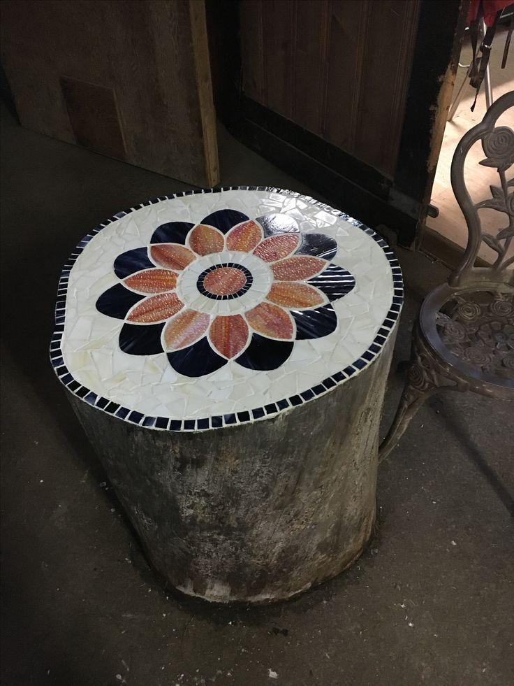 Mosaic. Table fabriqué avec une buche et mosaic
