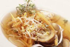 Das Rezept für Klare Suppe mit Champignons mit allen nötigen Zutaten und der einfachsten Zubereitung - gesund kochen mit FIT FOR FUN