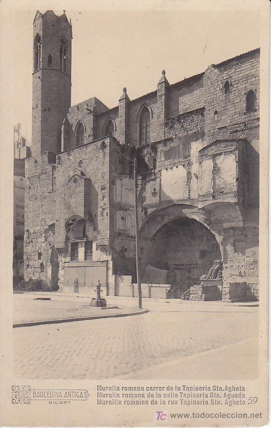 Capilla real de Santa Ágata sobre la muralla romana (C/ Tapineria), cuando ésta se estaba descubriendo a principios del siglo XX (actual Plaça Ramon Berenguer el Gran, Via Laietana)