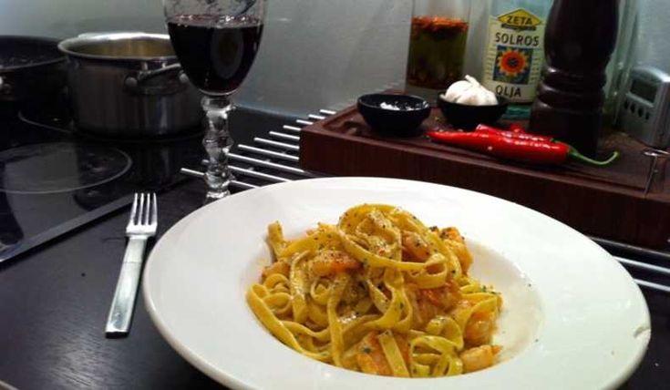 Vitlök och chili fräst scampi mild krämig fetaost sås och färsk tagliatelle pasta.