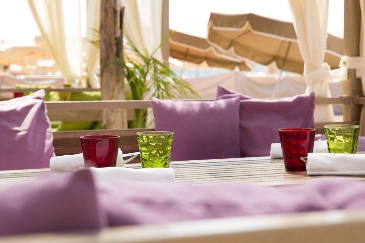 Terrasse de la #plage #privée du Grand Hôtel : #couleurs et situation exceptionnelle sur la #croisette #luxe #PrivateBeach #Cannes