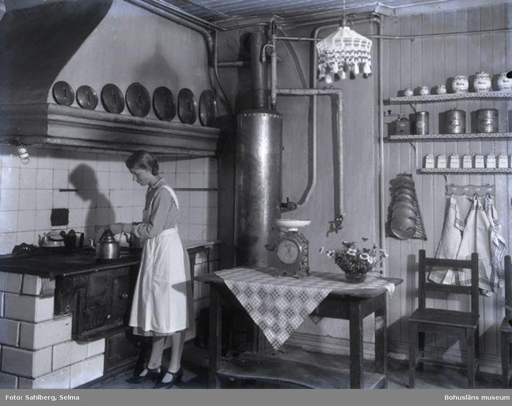 """Patron Meijer Åtorp Munkedal. Fru Karin Smith född Brink från gamla Smedbruket omkr. 1926-1927. Biträde hos Fru Meijer."""