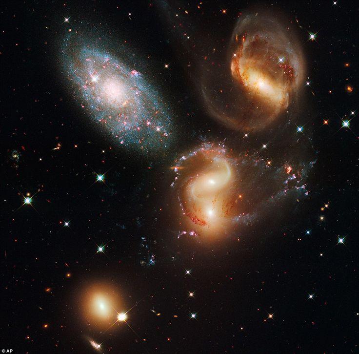 Группа галактик – квинтет Стефана, но только четыре галактики из группы, расположенные в 300 млн. св. лет от нас, участвуют в космическом танце. Лишнего найти довольно просто. 4 взаимодействующие галактики – NGC 7319, NGC 7318A, NGC 7318B и NGC 7317 – имеют желтоватую окраску и искривленные петли и хвосты, форма которых обусловлена влиянием разрушительных приливных гравитационных сил. Голубоватая галактика NGC 7320 - на картинке вверху слева, находится гораздо ближе - всего в 40 млн. св…