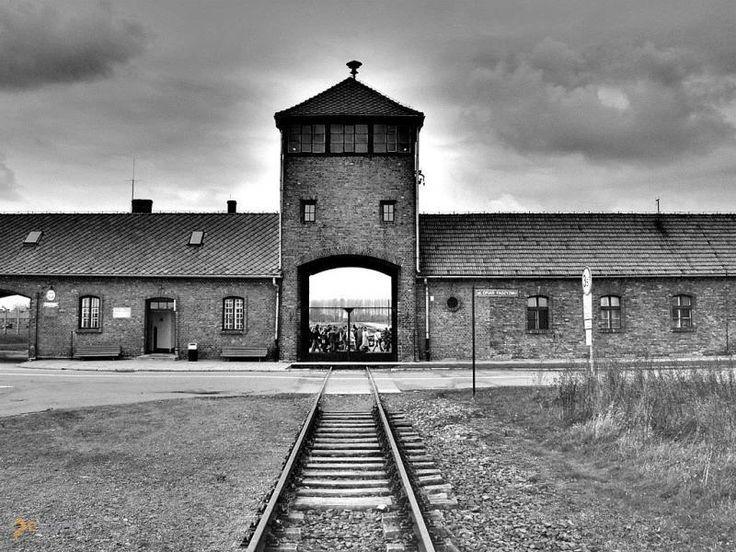 Концентрационный лагерь Освенцим – #Польша #Малопольское_воеводство (#PL_MA) За такими датами мало кто следит, а стоило бы... Сегодня, друзья, не много не мало, а день, когда советские войска заняли концлагерь Освенцим, в мировой практике более известный как Аушвиц.  ↳ http://ru.esosedi.org/PL/MA/1000055553/kontsentratsionnyiy_lager_osventsim/