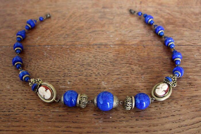 Halsketting - camee en lapis lazuli  Deze prachtige ketting in perfecte staat omvat 3 voornaamste grote maat parels in Lapis lazuli en een montage van 20 andere Lapis lazuli van verschillende grootte. Het is ingericht met 4 oude cameeën gemonteerd twee aan twee 2 cm hoog is 1 cm breedEen fijne werk vanaf het einde van de 19e eeuw. Dit is het begin van een beweging die vindt haar hoogtepunt in de jaren 1920 en die bestaat bij de beoordeling van de fancy sieraden als mode-accessoires (is niet…