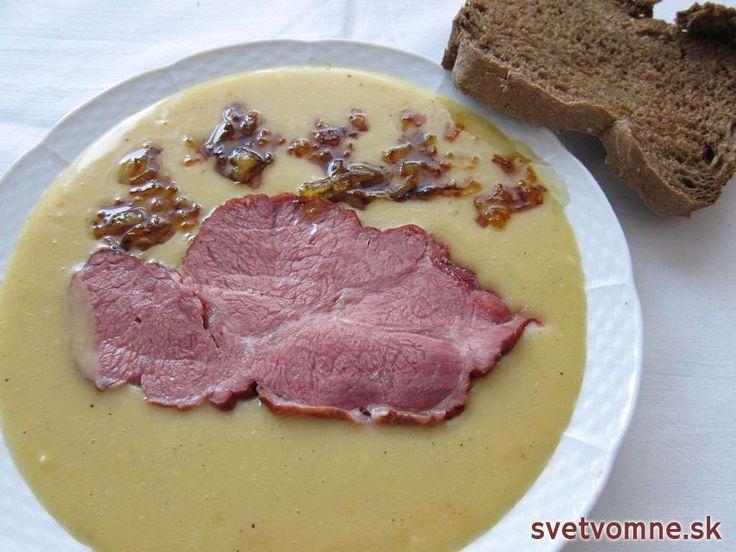 Hrachový prívarok je najchutnejší s vareným údeným mäsom, posypaný opraženou cibuľou a s čerstvým voňajúcim chlebom.