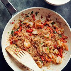 Makaron ryżowy smażony z krewetkami, papryką i sezamem. Makaron ryżowy przepis. Stir-fry z krewetkami i makaronem ryżowym.