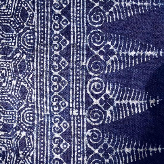 Dit is een broodje van katoen, geverfd met indigo en ingericht met de hand met een ontwerp van de traditionele batik batik stempels gemaakt door Hmong zilversmeden toegepast.   Dit is ideaal voor gebruik in uw eigen ambachtelijke projecten. We hebben veel klanten die maken kussen covers kussens gevallen, Bed spreads, tabel lopers enz.  Lengte 510cm (5.57 yd) breedte 28 cm (11 inch)